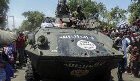 Soldados nigerianos exibem tanque capturado do grupo Boko Haram ao entrar na cidade de Maiduguri
