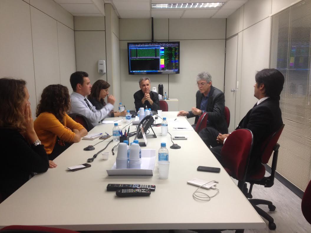 Ricardo durante entrevista com equipe de Rádio, Jornal e TV do Estadão