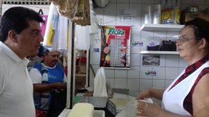 Manoel Jr conversa com feirante