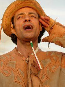 Luiz Carlos Vasconcelos em cena de 'Romance do Vaqueiro Voador'