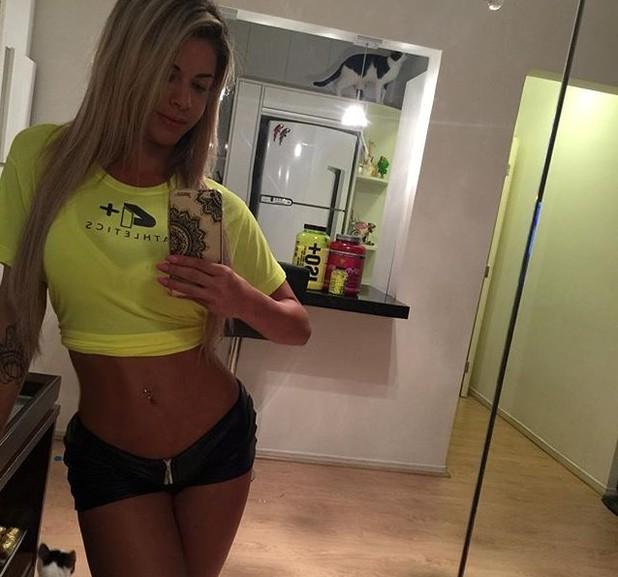 2fe5c84ef5413 A ex-BBB Cacau posou para selfie usando um short minúsculo e uma blusa que  deixava sua barriga de fora. Na noite desta segunda-feira, 28, a  ex-participante ...