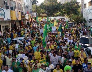 Manifestantes na rua Yrineu Jofilly, em CG(Foto: Hiran Barbosa)