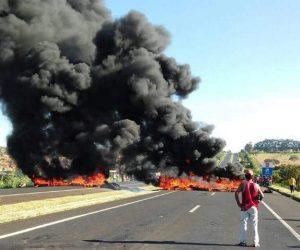 Manifestantes interditaram BR-101