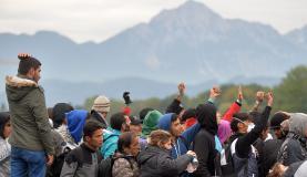 Refugiados esperam para atravessar fronteira entre  a  Áustria  e  a  Alemanha