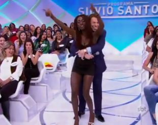"""Silvio """"agarra"""" moça da plateia e diz: """"Parece estrada, cheia de curvas"""""""