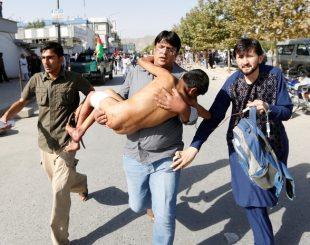 Homem carrega nos braços menino ferido em ataque suicida em Cabul, no Afeganistão (Foto: Mohammad Ismail/Reuters )