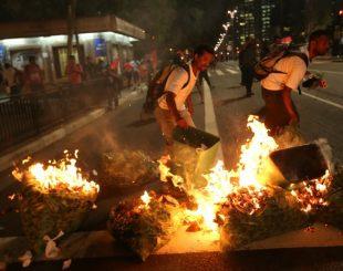 Manifestantes ateiam fogo em objetos na Avenida Paulista. (Foto: Daniel Teixeira/Estadão Conteúdo)