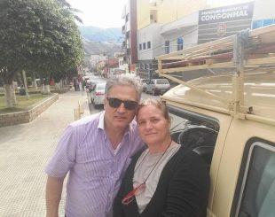 Ana Rita, de 52 anos, e Claudinei Dutra Vesco, de 58 anos, viajam por cidades do país com a kombi ano 79. (Foto: Arquivo Pessoal/Ana Rita Vesco)
