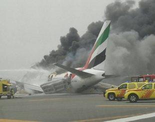 O avião da Emirates pegou fogo e fez um pouso de emergência Foto: Reprodução do Twitter