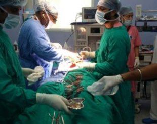Médicos retiram facas do estômago de paciente na Índia | Divulgação/The Corporate Hospital-Amritsar