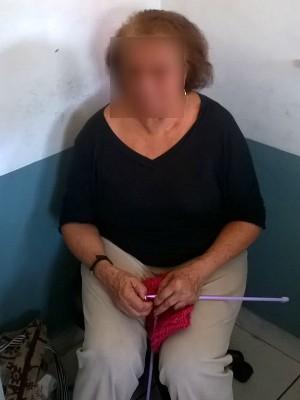 Idosa é presa com réplicas de fuzil, medicamentos e faz tricô em base da polícia