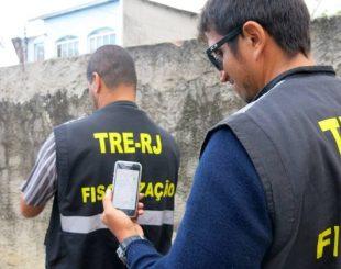 Fiscais do TRE seguem o sinal do wi-fi em Vila Serrana, localidade de Magé, oferecido por candidato a vereador - Vera Araújo