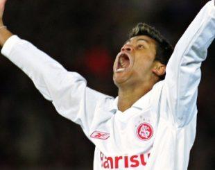 adriano-gabiru-comemora-gol-historico-do-internacional-contra-o-barcelona-1475171515172_615x300