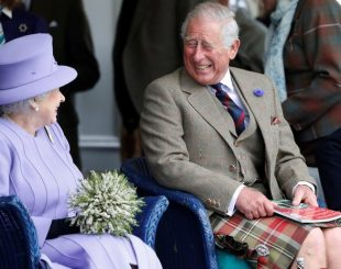 Príncipe Charles com a rainha Elizabeth II (Foto: Russell Cheyne/Reuters)
