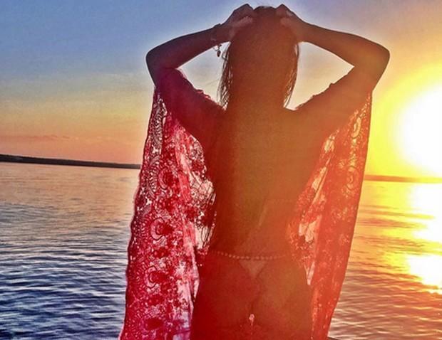 b6af7eb37ed1d Graciele Lacerda posou usando um biquíni minúsculo para Zezé Di Camargo. A  namorada do cantor sertanejo aparece contra o sol, exibindo suas curvas, ...