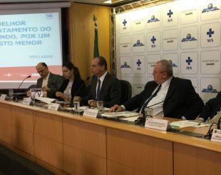 Ministro da Saúde, Ricardo Barros, durante coletiva para anunciar nova opção de tratamento para HIV (Foto: Gabriel Luiz/G1)