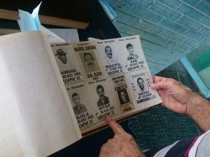 'Santinhos' da década de 1980 estão entre os favoritos do aposentado (Foto: Amanda Campos/G1)