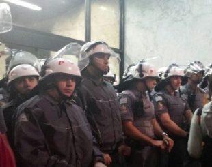 10out2016-apos-o-comeco-da-ocupacao-a-policia-militar-bloqueou-a-entrada-do-predio-para-impedir-a-entrada-de-mais-manifestantes-no-escritorio-da-presidencia-da-republica-em-sao-paulo-1476136616253_6