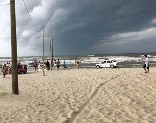 Forte temporal atinge praia em Balneário Rincão, em Santa Catarina