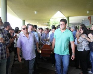 Caixão foi levado para o crematório por amigos e familiares (Foto: Aldo Carneiro/Pernambuco Press)