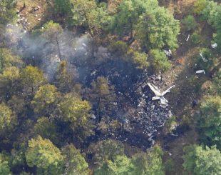 Destroços de avião em que o ex-ministro canadense Alberta Premier Jim Prentice viajava é visto no local da queda perto de Winfield, na província de Colúmbia Britânica (Foto: Rob Balsdon/Castanet.net/Handout via REUTERS)
