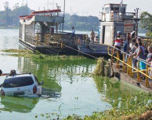 Veículo caiu na represa Billings em ponto de acesso a balsa neste domingo (Foto: MARCO AMBROSIO/FRAMEPHOTO/ESTADÃO CONTEÚDO)
