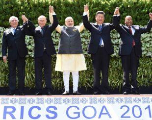 Os presidentes do Brasil, Michel Temer; da Rússia, Vladimir Putin, o primeiro-ministro indiano Narendra Modi, e os presidentes da China, Xi Jinping; e da África do Sul, Jacob Zuma, em foto oficial da Cúpula dos BRICS em Goa, na Índia (Foto: AFP Ohoto)