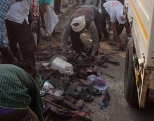 Sapatos ficaram perdidos após correria durante festa hindu em Varanasi, no norte da Índia, neste sábado. Várias pessoas morreram na correria (Foto: AFP)