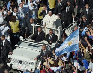 Papa Francisco canonizou seis pessoas neste domingo (16) em cerimônia no Vaticano. Entre eles está o argentino José Gabriel del Rosario Brochero (Foto: Andreas Solaro / AFP)