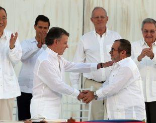 Juan Manuel Santos, presidente da Colômbia, e Rodrigo Londoño, chefe das Farc, se cumprimentam