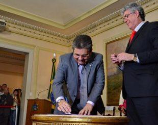 O deputado Adriano Galdino e o governador Ricardo Coutinho assinam Termo de Cessão (Foto: Roberto Guedes/ALPB)