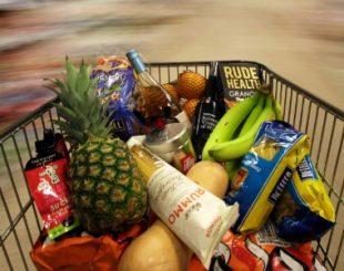 19mai2015-carrinho-com-compras-e-empurrado-por-supermercado-de-londres-na-inglaterra-1432301161625_615x300