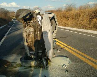 Carro ficou completamente destruído com o acidente