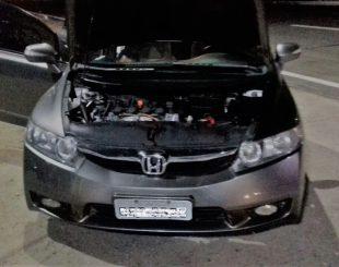 Droga foi flagrada no interior do veículo