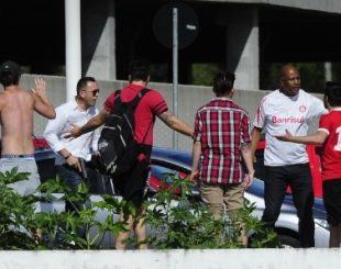 protesto-contra-os-jogadores-do-internacional-tem-a-presenca-de-torcedor-armado-1479847575961_615x300