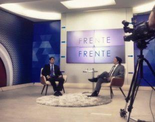 Romero durante entrevista ao jornalista Heron Cid, no Frente a Frente, da TV Arapuan