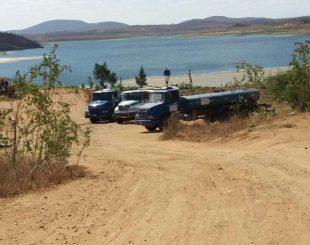 Carros-pipa retirando água do açude de Boqueirão