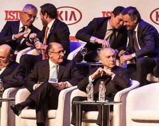Moro conversa com Aécio Neves (acima à dir.) em evento da revista 'IstoÉ' em SP