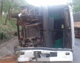 Parte dianteira do veículo ficou completamente destruída, em Goiás (Foto: Divulgação/PRF)