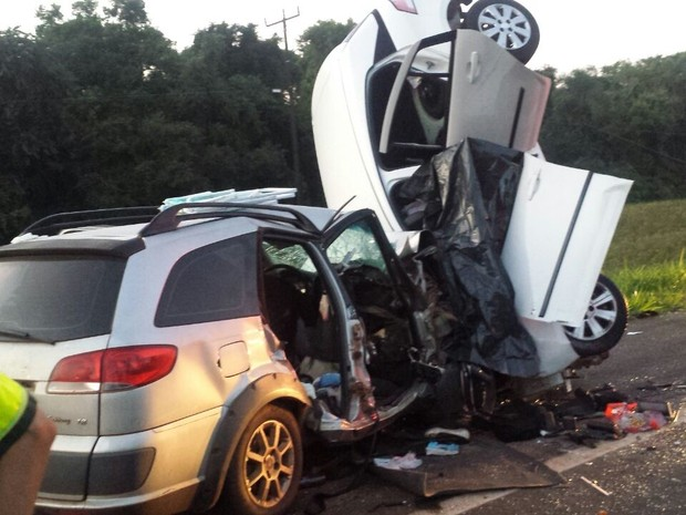 Carros batem de frente após tentativa de ultrapassagem e quatro pessoas morrem