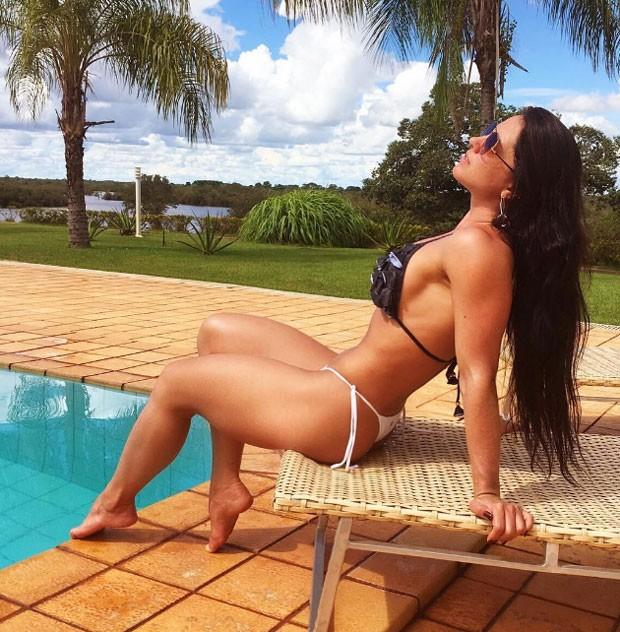 """55bb22aad6794 Graciele Lacerda exibiu sua ótima forma durante um banho de sol em uma  piscina em Goiás. """"O segredo da vida é ver o sol por de trás das nuvens.  Bom dia!!"""