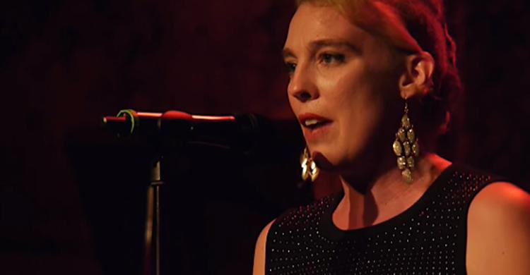 Cantora francesa de 35 anos morre no palco durante show