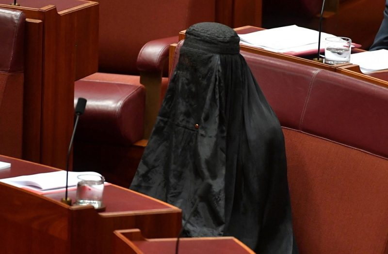 Senadora usa burca em protesto no parlamento australiano