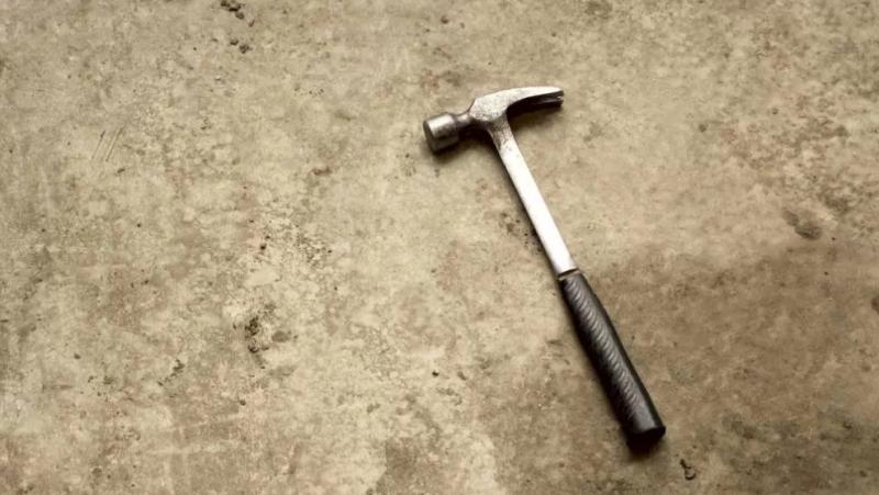 Pessoas são atacadas com martelo na França