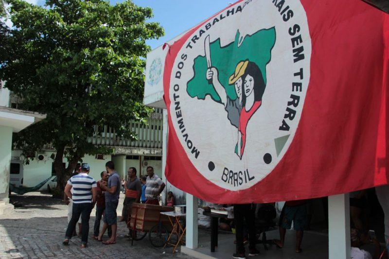 Trabalhadores do MST protestam na sede do Incra em Porto Alegre