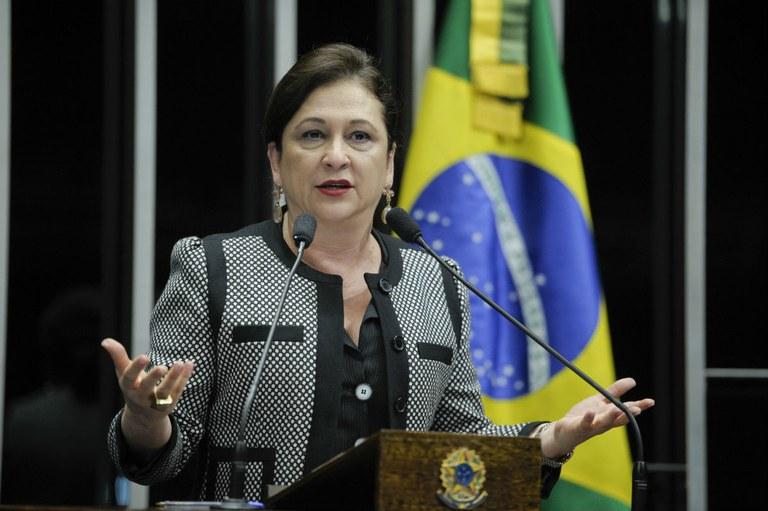 PMDB expulsa senadora Kátia Abreu por atacar Temer