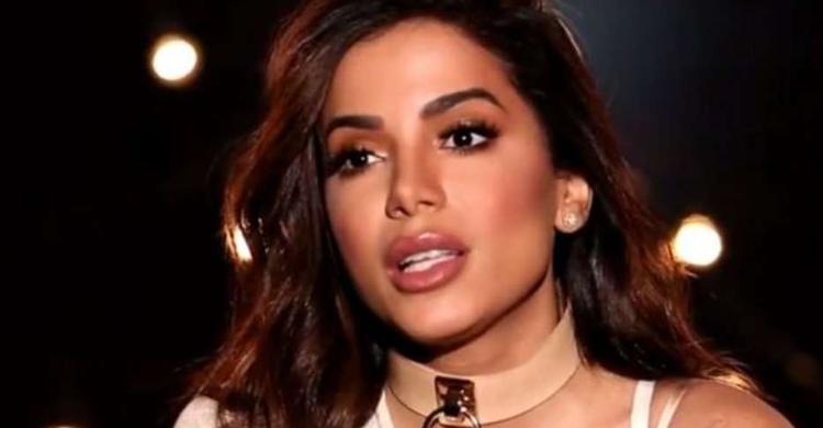 Anitta canta hino reduzido e internet reage; veja o vídeo