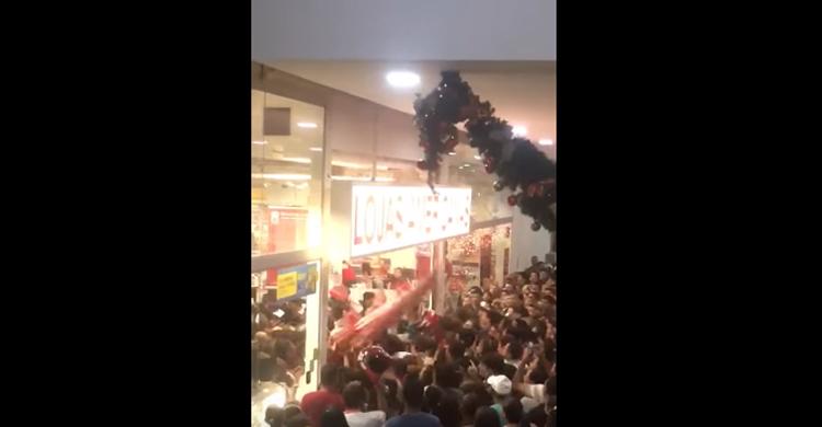 Porta de loja desaba sobre clientes na Paraíba