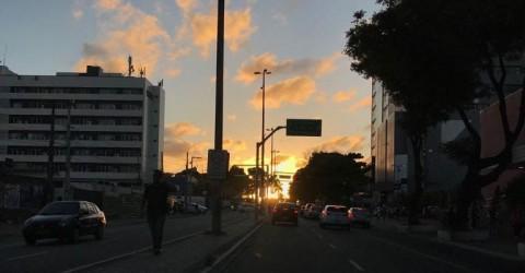 Fim de tarde na avenida Epitácio Pessoa, na Capital