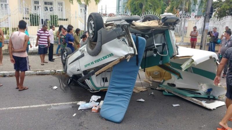 Adolescente grávida morre em acidente entre ambulância e caminhonete